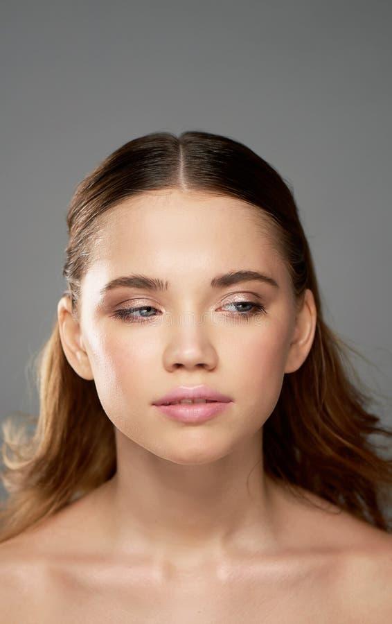 Stående av den unga härliga flickan i studio, med yrkesmässig makeup Skönhetskytte Skönhetstående av en härlig flicka royaltyfri fotografi