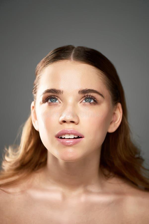 Stående av den unga härliga flickan i studio, med yrkesmässig makeup Skönhetskytte Skönhetstående av en härlig flicka arkivfoto