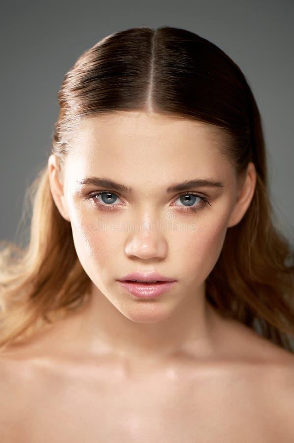 Stående av den unga härliga flickan i studio, med yrkesmässig makeup Skönhetskytte Skönhetstående av en härlig flicka royaltyfria foton
