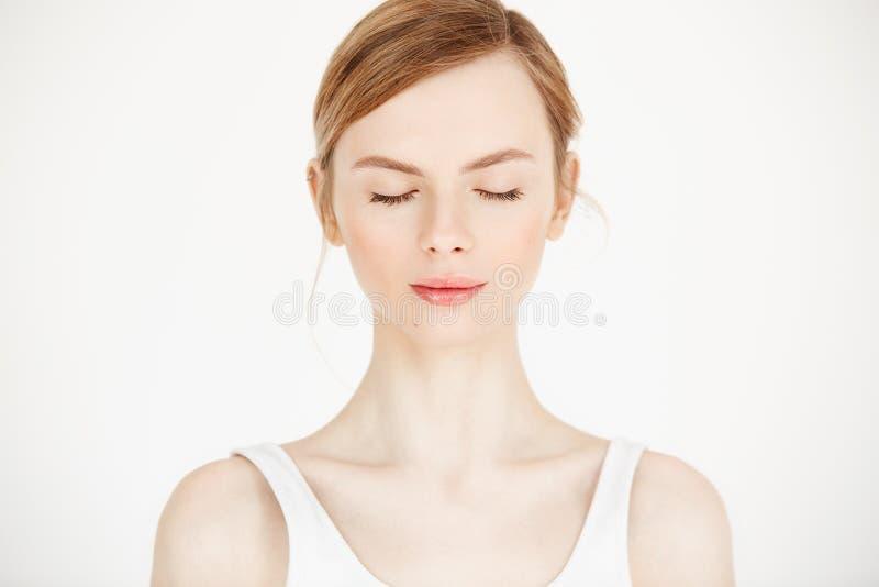 Stående av den unga härliga flickan med ren ny hud som isoleras på vit bakgrund stängda ögon Skönhet och vård- arkivbild