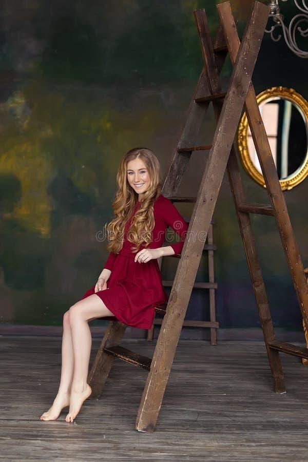 Stående av den unga härliga flickan Mode studio Inomhus foto royaltyfri fotografi