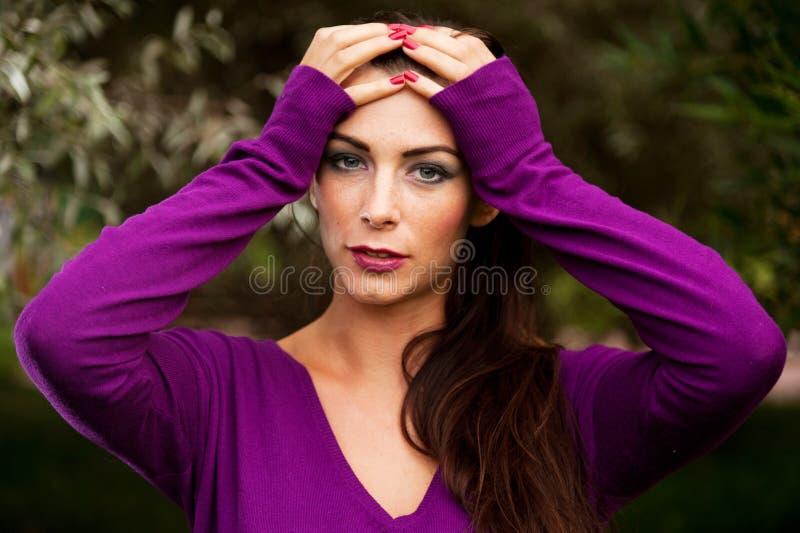 Stående av den unga härliga kvinnan arkivfoto