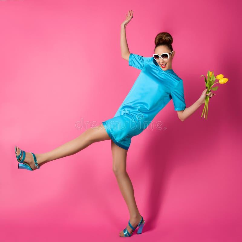 Stående av den unga härliga kvinnan i blå siden- klänning royaltyfri bild