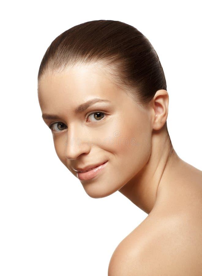 Stående av den unga härliga kvinnan med en sund ren hud arkivfoto