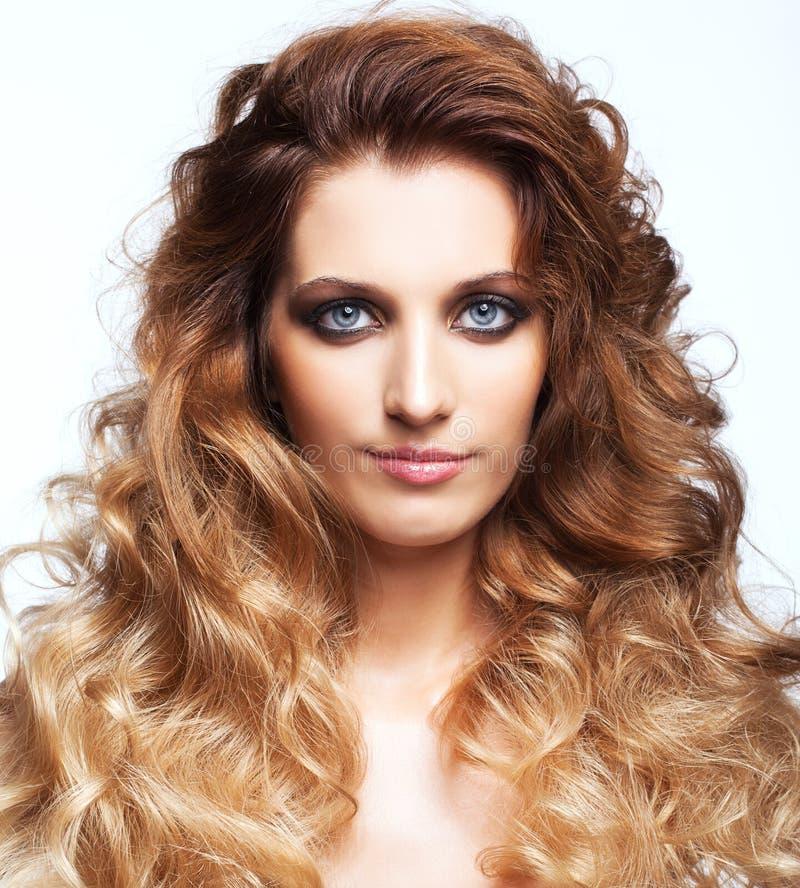 Stående av den unga härliga kvinnan med lockig lurvig hårstil royaltyfria bilder