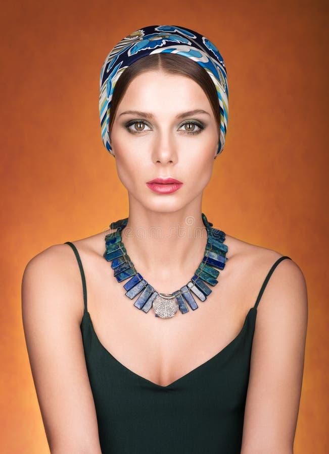 Stående av den unga härliga kvinnan med sjaletten på hennes huvud royaltyfria foton