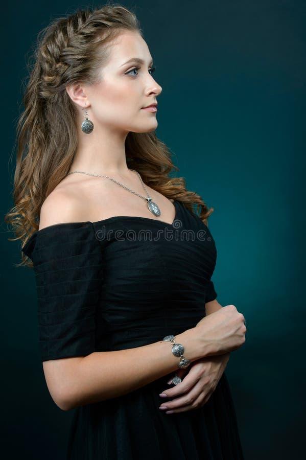 Stående av den unga härliga kvinnan med smycken royaltyfri fotografi