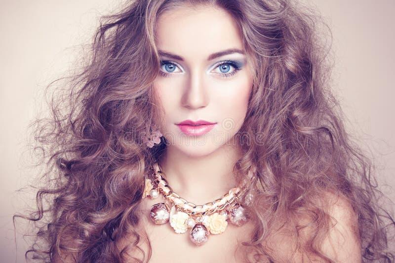Stående av den unga härliga kvinnan med smycken arkivfoton