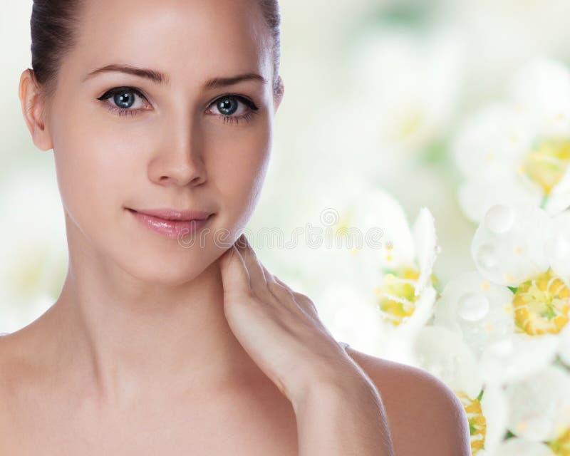 Stående av den unga härliga kvinnan med sund hud fotografering för bildbyråer