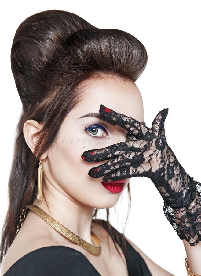 Stående av den unga härliga kvinnan som bär isolerade spets- handskar royaltyfria bilder