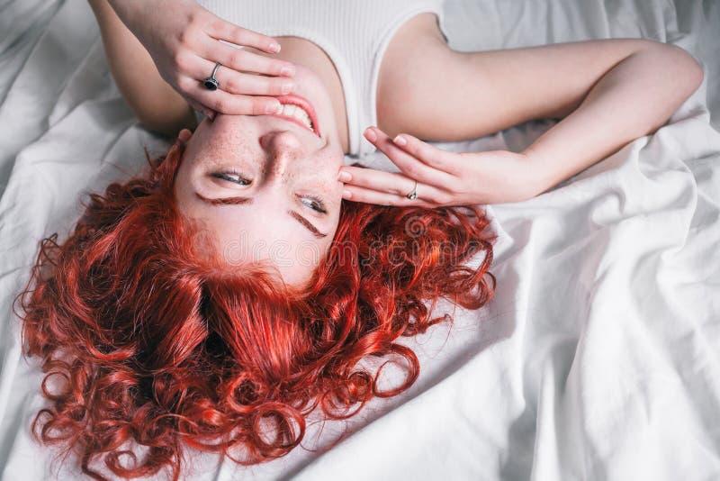 Stående av den unga härliga kvinnan som ligger i sängen royaltyfria bilder