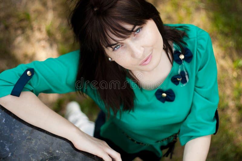 Stående av den unga härliga långhåriga kvinnan fotografering för bildbyråer