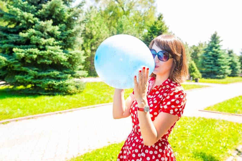Stående av den unga härliga le kvinnan med utomhus- ballonger fotografering för bildbyråer