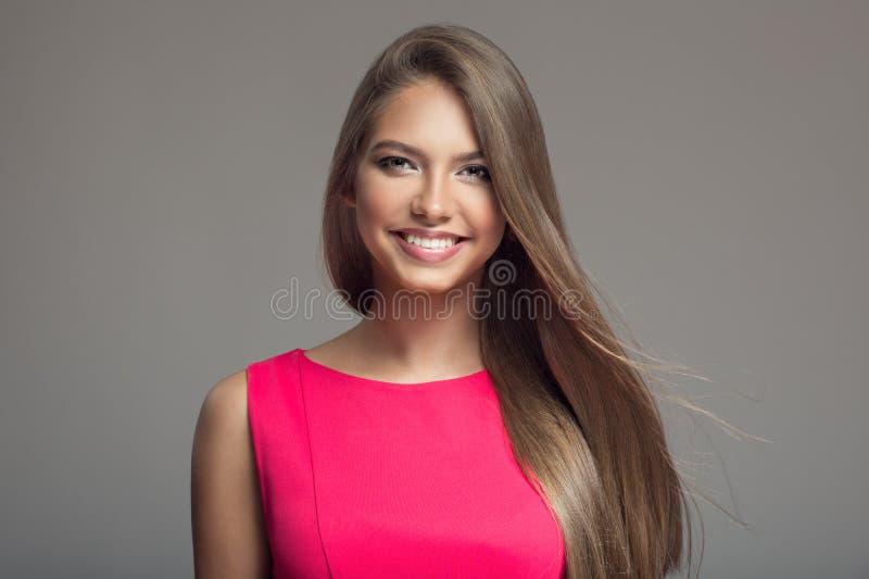 Stående av den unga härliga le lyckliga kvinnan hår long arkivbild