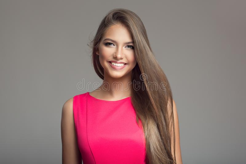 Stående av den unga härliga le lyckliga kvinnan hår long royaltyfri fotografi