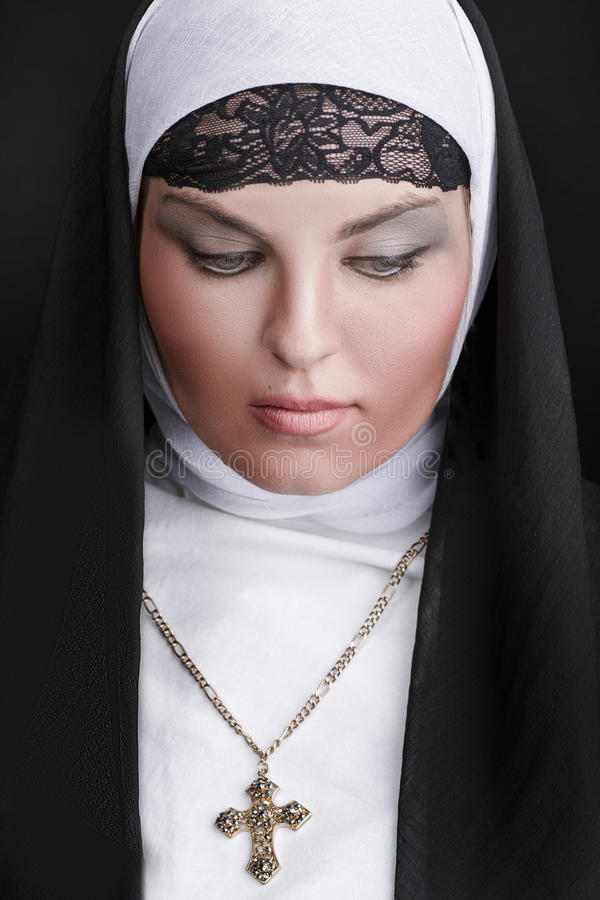 Stående av den unga härliga nunnan arkivbild