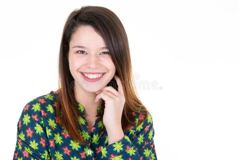 Stående av den unga härliga och lyckliga latinska kvinnan med det gladlynt stora toothy leendet som är upphetsat och arkivbild