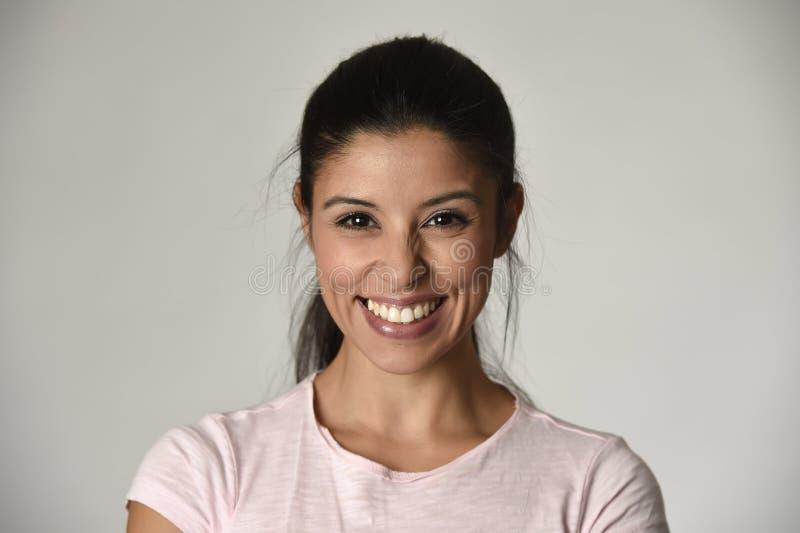 Stående av den unga härliga och lyckliga latinska kvinnan med det gladlynt stora toothy leendet som är upphetsat och royaltyfri bild