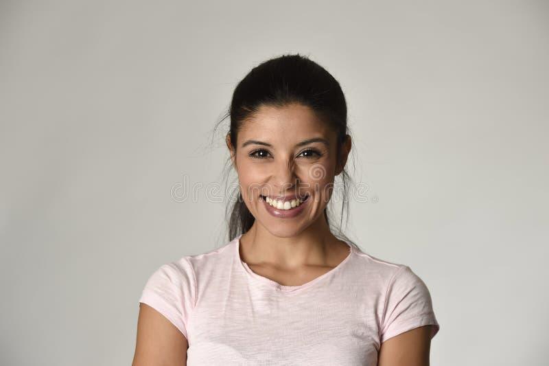 Stående av den unga härliga och lyckliga latinska kvinnan med det gladlynt stora toothy leendet som är upphetsat och fotografering för bildbyråer