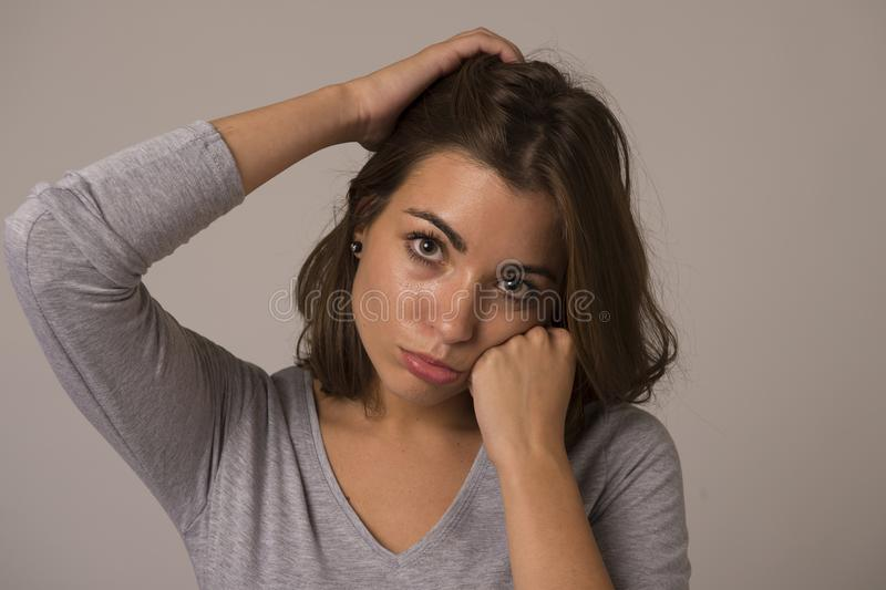 Stående av den unga härliga och söta kvinnan som ser ledsen och skövlad i sorgsenhetsinnesrörelse arkivfoton