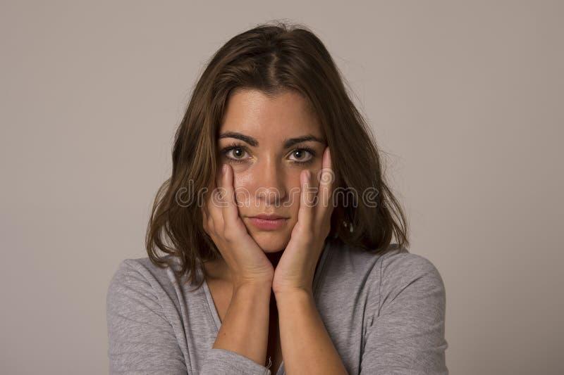 Stående av den unga härliga och söta kvinnan som ser ledsen och skövlad i sorgsenhetsinnesrörelse royaltyfria foton