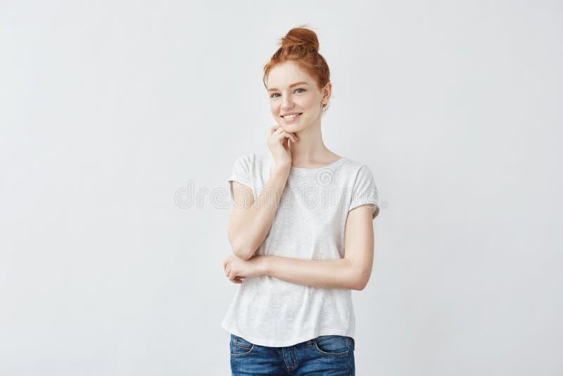 Stående av den unga härliga rödhårig manflickan med fräknig hud som ler se kameran kopiera avstånd Isolerat på vit royaltyfria foton