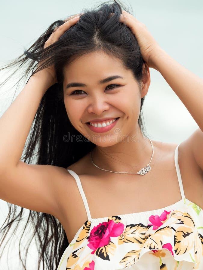 Stående av den unga härliga vietnamesiska kvinnan royaltyfria bilder