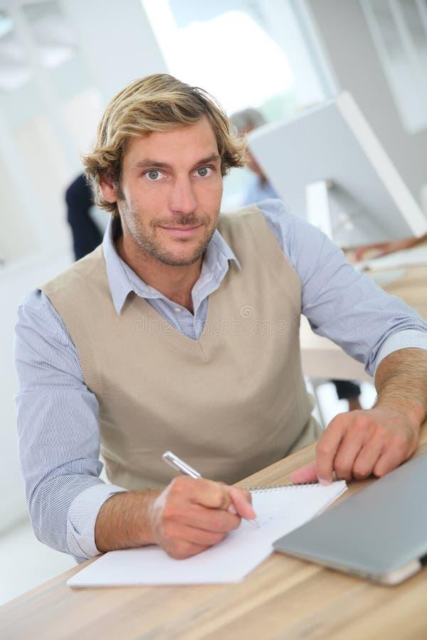 Stående av den unga instruktören, i utvärdering för affärsgrupp royaltyfri bild