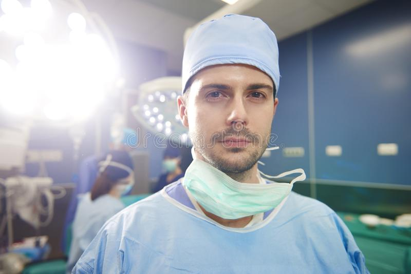 Stående av den unga kirurgen som är klar för en operation arkivfoton