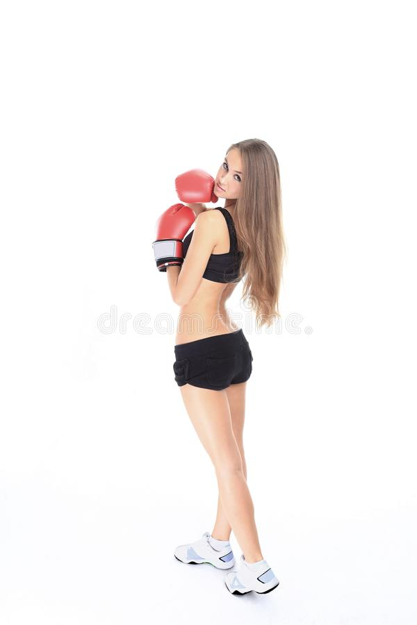 Stående av den unga konditionkvinnan i röda boxninghandskar arkivbild