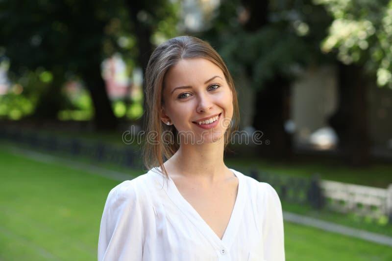 Stående av den unga kvinnan royaltyfria bilder