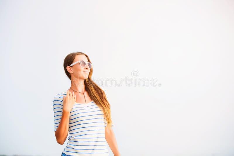 Stående av den unga kvinnan för beautifil på stranden på arkivbild