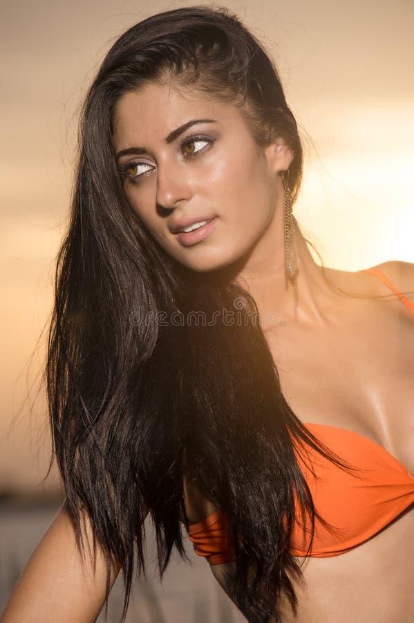 Kvinna på solnedgången i bikini fotografering för bildbyråer