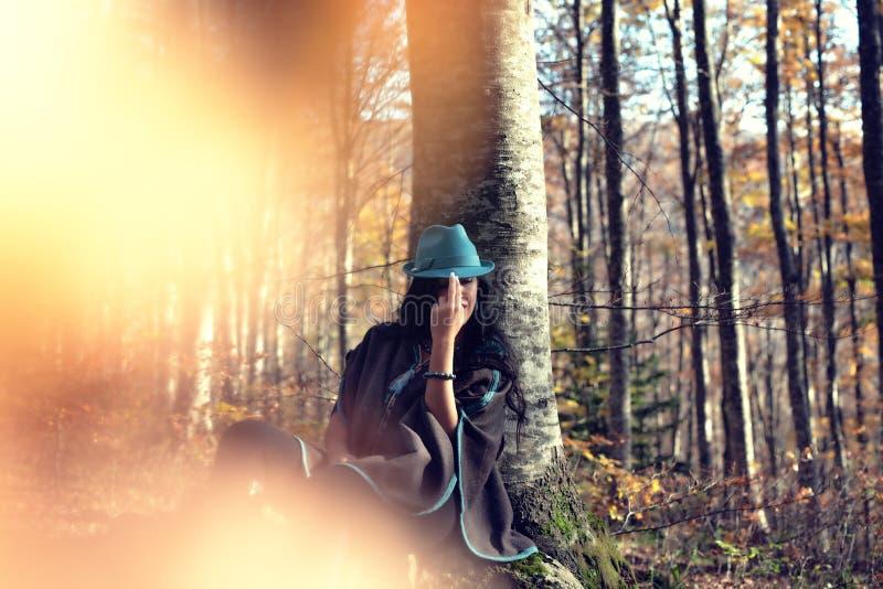 Stående av den unga kvinnan i en skog arkivbild