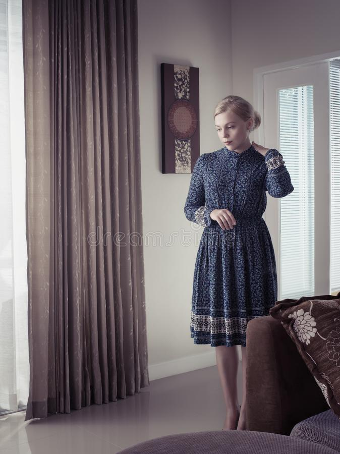 Stående av den unga kvinnan i färgklänning royaltyfria bilder