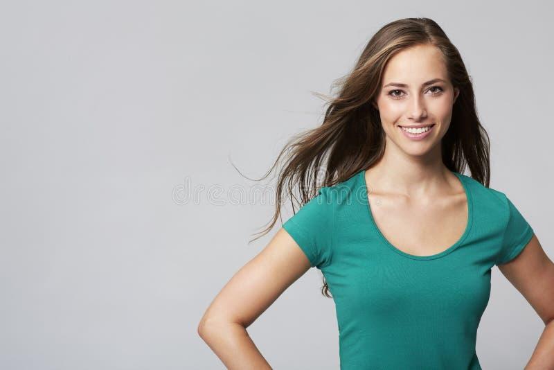 Stående av den unga kvinnan i studio royaltyfri fotografi