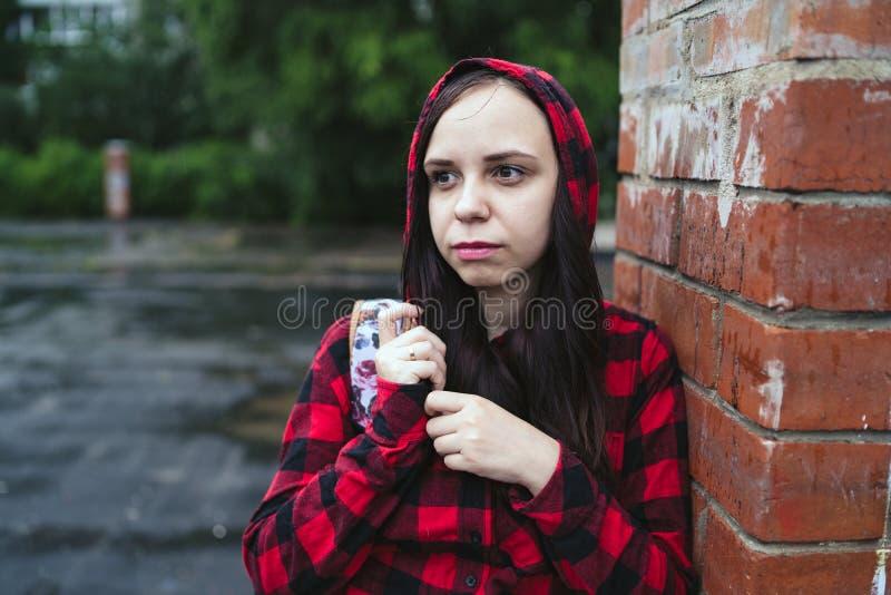 Stående av den unga kvinnan i tillfällig kläder royaltyfri bild