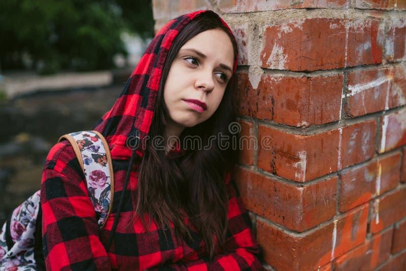 Stående av den unga kvinnan i tillfällig kläder royaltyfria bilder