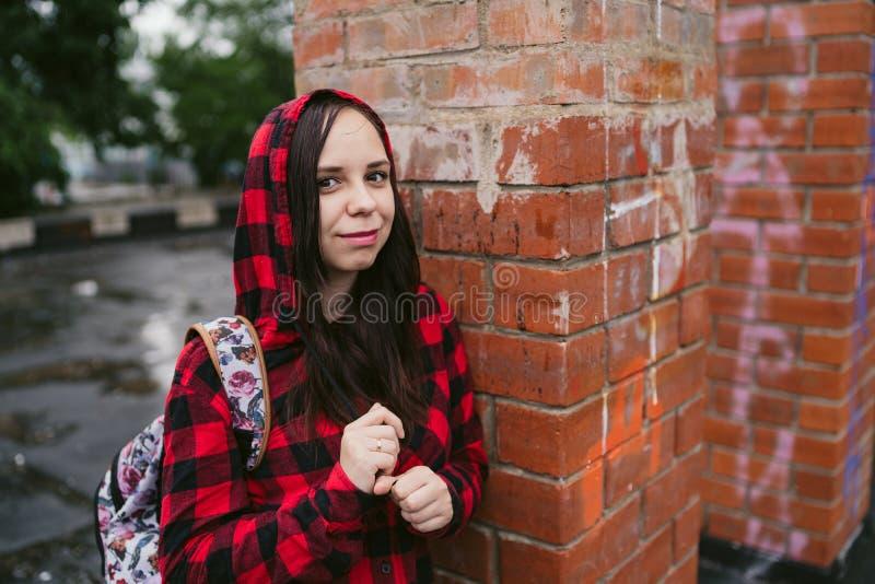 Stående av den unga kvinnan i tillfällig kläder arkivfoton