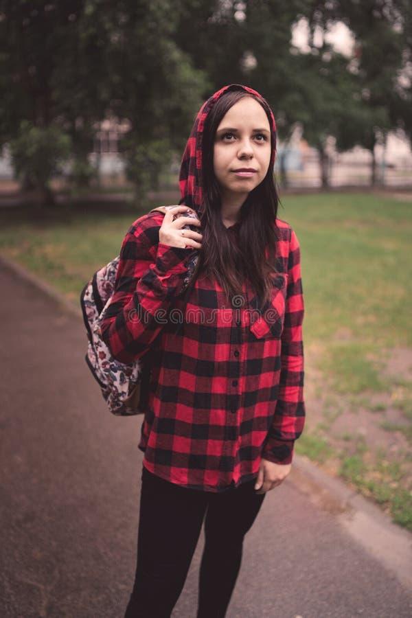Stående av den unga kvinnan i tillfällig kläder arkivfoto