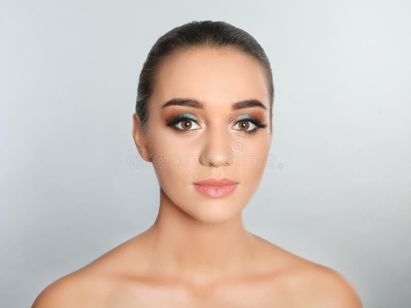 Stående av den unga kvinnan med ögonfransförlängningar och härlig makeup royaltyfria foton