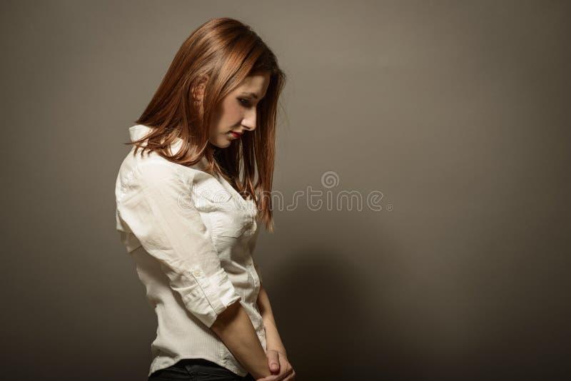 Stående av den unga kvinnan med allvarligt uttryck royaltyfria bilder