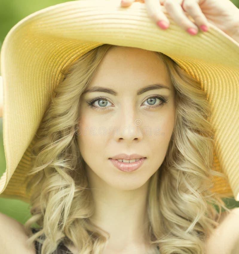 Stående av den unga kvinnan med hatten arkivfoton