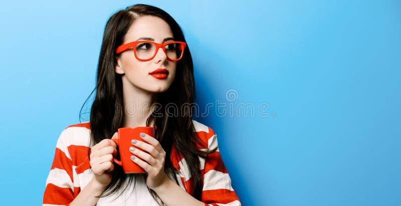 Stående av den unga kvinnan med koppen kaffe royaltyfri foto