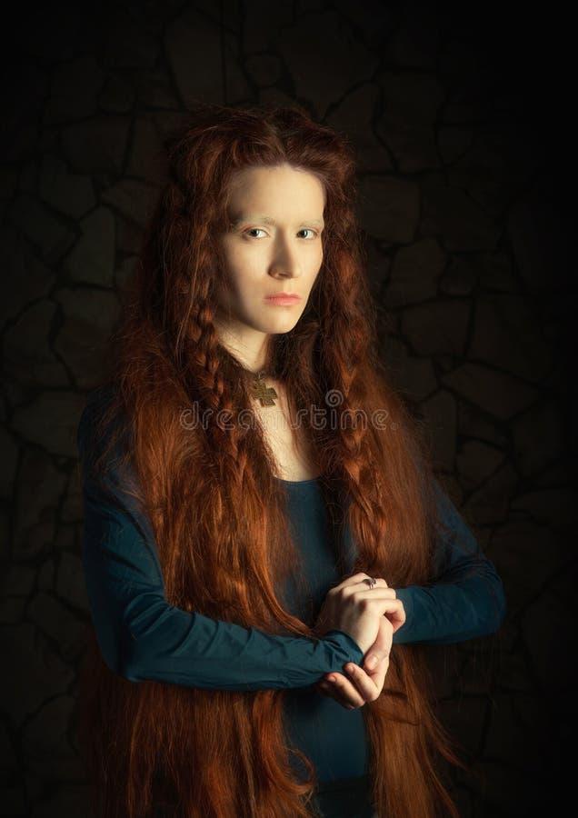 Retro utforma ståenden av den redheaded kvinnan royaltyfria bilder