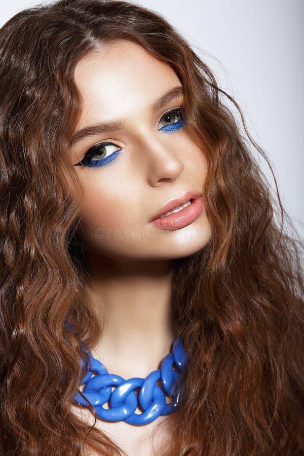 Stående av den unga kvinnan med moderiktig livlig makeup royaltyfria foton