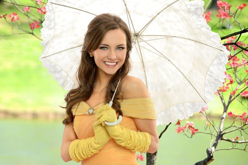 Stående av den unga kvinnan med paraplyet royaltyfri bild