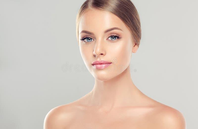 Stående av den unga kvinnan med ren ny hud och mjukt delikat smink fotografering för bildbyråer