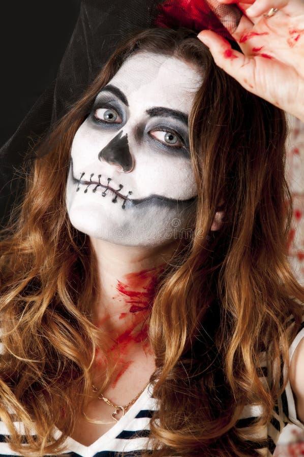 Stående av den unga kvinnan med skräckinjagande makeup Allhelgonaaftonen semestrar maskeradbegrepp arkivbilder
