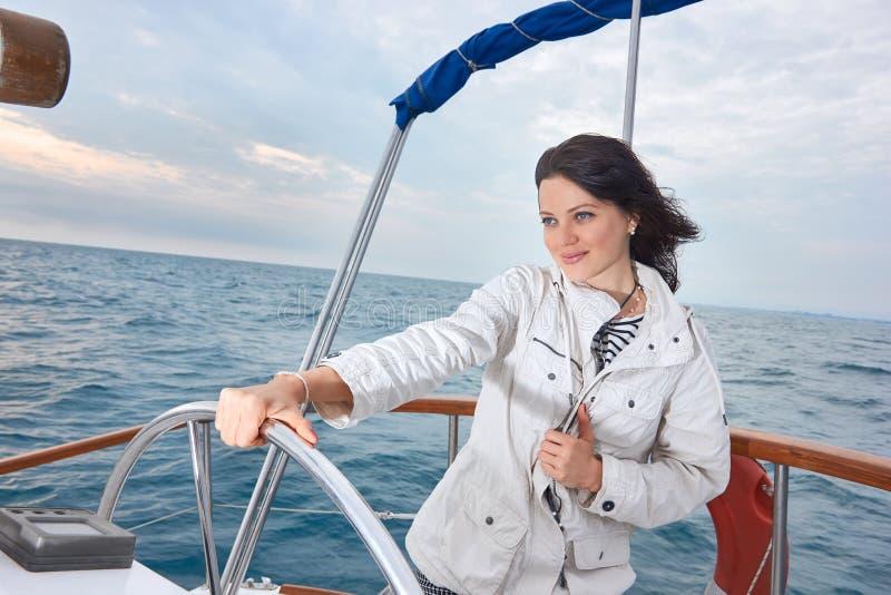 Stående av den unga kvinnan med styrninghjulet royaltyfri bild